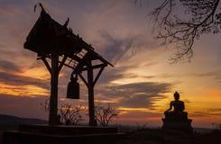 Buddhastaty i solnedgång på den Phrabuddhachay templet Arkivfoton