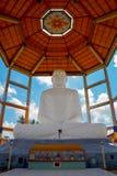 Buddhastaty i Sri Sarananda Maha Pirivena, Anuradhapura, Sri Lanka Arkivfoton