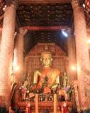 Buddhastaty i tempel Arkivfoto