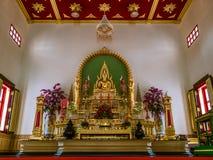 Buddhastaty i templet i Thailand Arkivbilder
