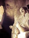Buddhastaty Kina som snidas i grotta Arkivfoton