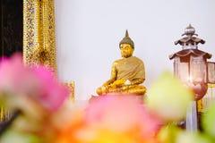 Buddhastaty med den främsta kyrkliga Wat Suthat för thai konstarkitektur templet Arkivbild
