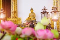 Buddhastaty med den främsta kyrkliga Wat Suthat för thai konstarkitektur templet Arkivfoto