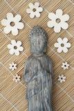 Buddhastaty med en vassbakgrund Arkivfoto