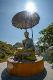 Buddhastaty, med soluppgång på Pha Tung Mountain, Thailand Arkivbilder