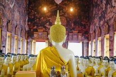 Buddhastaty med thai konstarkitektur i den kyrkliga Wat Suthat templet Arkivbild