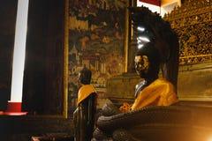 Buddhastaty med thai konstarkitektur i den kyrkliga Wat Suthat templet Arkivfoton