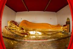 Buddhastaty mer än 100 år som är gamla av den thailändska templet; Vila Arkivbild
