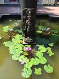 Buddhastaty och Lotus Pond i Borobudur Arkivbild