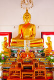 Buddhastaty och thai konstarkitektur i Wat Aranyikawat, Ratchaburi, Thailand Royaltyfri Fotografi