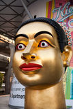 Buddhastaty på det centrala shoppingstället i Bangkok Royaltyfri Bild