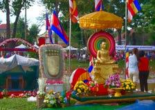 Buddhastaty på flodbanken under Bon Om Touk Royaltyfria Bilder