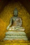 Buddhastaty på pagod Arkivfoton