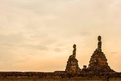 Buddhastaty på solnedgånghimmelbakgrund Royaltyfria Bilder