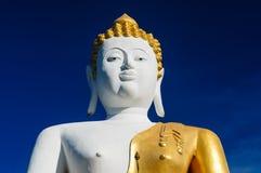 Buddhastaty på Wat Doi Kham arkivfoto