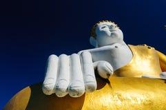 Buddhastaty på Wat Doi Kham arkivbild