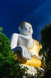 Buddhastaty på Wat Doi Kham royaltyfri bild