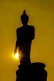 Buddhastaty silhouetted på soluppgång Royaltyfri Foto