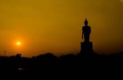 Buddhastaty silhouetted på soluppgång Royaltyfri Fotografi