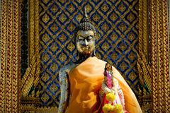Buddhastaty som framme lokaliseras av kyrkan royaltyfri bild