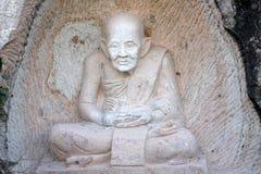 Buddhastaty som snidas på grottaväggen royaltyfri fotografi