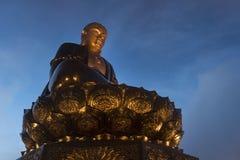 Buddhastaty ?verst p? solnedg?ngen i moln Stor buddha staty upptill av det Fansipan berget, Sapa, Lao Cai, Vietnam spectacular arkivbilder