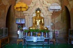 Buddhastatybild på den Htilominlo templet i Bagan Fotografering för Bildbyråer