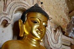 Buddhastatybild på den Htilominlo templet i Bagan Arkivbild