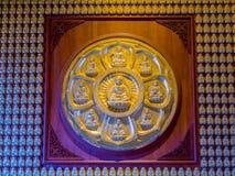 9 Buddhastatyer i guld- målad lotusblommabladstuckatur Arkivbild