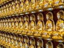 Buddhastatyer i linjer på kines kyrktar i Thailand Royaltyfri Bild