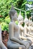 Buddhastatyer i Phra Nakhon si Ayutthaya, på Wat Yai Chai MongkolMongkhon Thailand, en av den berömda historiska gränsmärket i t arkivfoto