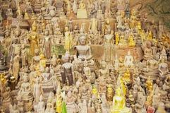 Buddhastatyer i Thamen Ting grottan med över 4000 Buddhadiagram i Luang Prabang, Laos Royaltyfria Bilder