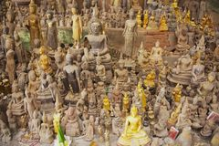 Buddhastatyer i Thamen Ting grottan med över 4000 Buddhadiagram i Luang Prabang, Laos Arkivfoto