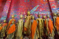 Buddhastatyer i Wat Xieng Thong i Luang Prabang Arkivbilder