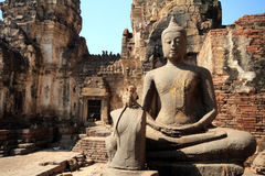 Buddhastatyer med apor Royaltyfri Foto