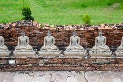 Buddhastatyer på berömda Wat Yai Chaimongkol och populära turist- destinationer Ayutthaya, Thailand royaltyfria foton