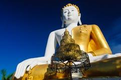 Buddhastatyer på Wat Doi Kham royaltyfria foton