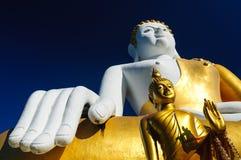 Buddhastatyer på Wat Doi Kham royaltyfria bilder