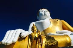 Buddhastatyer på Wat Doi Kham arkivfoton
