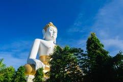 Buddhastatyer på Wat Doi Kham royaltyfri fotografi