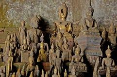 Buddhastatyer på Pak Ou grottor Royaltyfri Fotografi