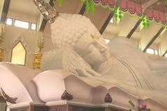 Buddhastatyer som göras av stenen och en halva Arkivbild