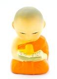 Buddhastatyer studerar boken Arkivfoton
