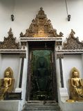 BUDDHASTATYER YTTERDÖRR, Thailand Arkivfoto