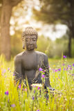 Buddhastatyett i naturen Arkivbild