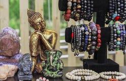 Buddhastatyetten i en gatasouvenir shoppar Indiska souvenirstatyetter och hemslöjder royaltyfria bilder