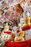 Buddhastatyinsida av den Kaw KaThaung grottan i Hpa-An, Myanmar arkivbilder