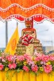Buddhastatyn för folk firar den Songkran festivalen Fotografering för Bildbyråer