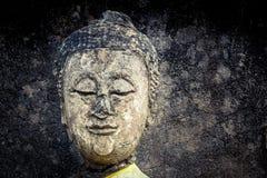 Buddhastatyn fördärvar arkivbild