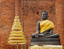 Buddhastatyn fördärvar in av templet. Ayuthaya Thailand Arkivfoton